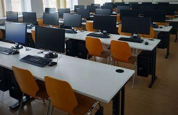 Az ELTE szombathelyi Savaria Műszaki Intézete negyven számítógéppel vette fel a harcot a koronavírussal szemben (ugytudjuk.hu)